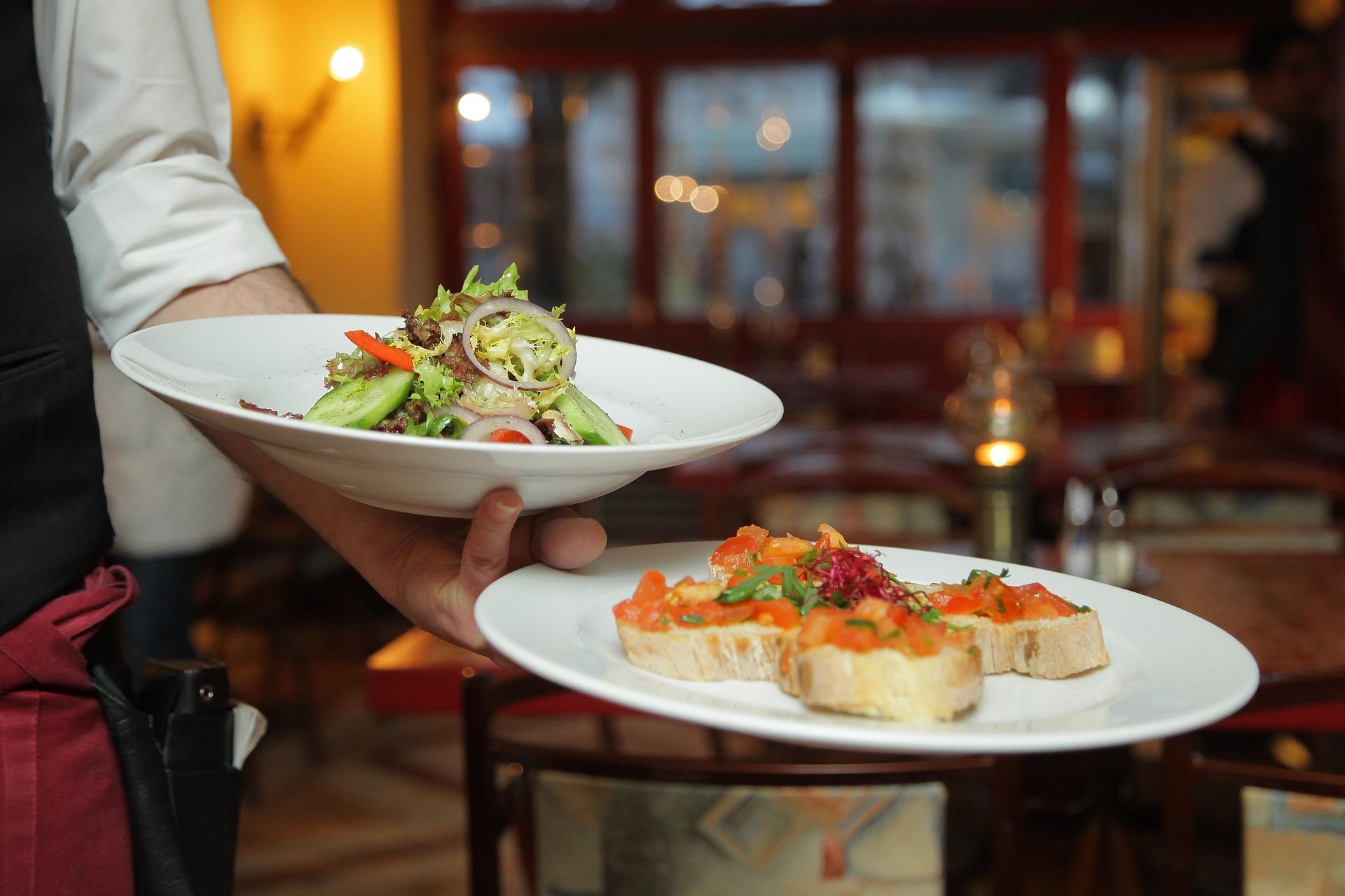 Cameriere serve cibo italiano
