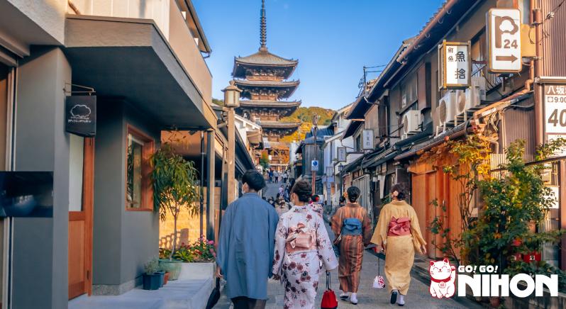 Persone che camminano a Kyoto in Kimono