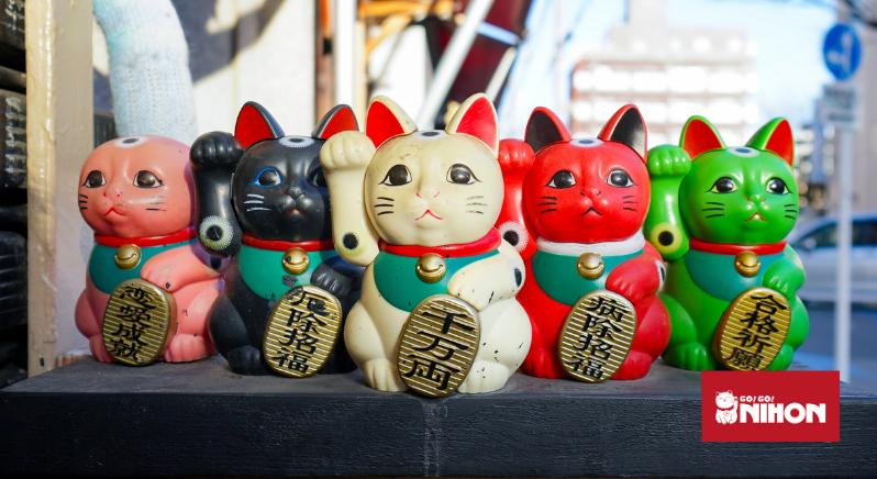 Maneki Neko statues