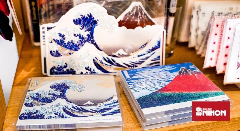 des vagues de tsunami sur une carte postale
