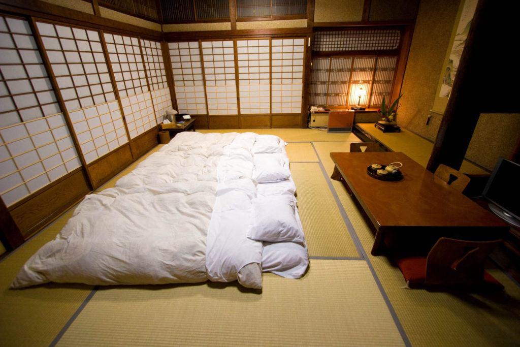japanisches bett traditionell schlafen auf einem futon. Black Bedroom Furniture Sets. Home Design Ideas