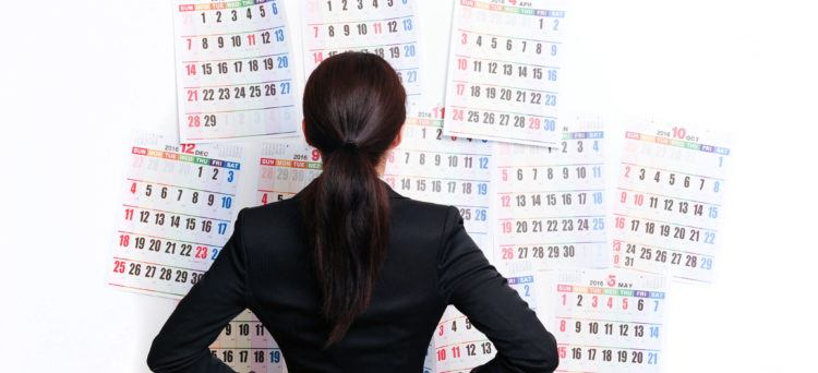 Geschäftsfrau vor einem Kalendar