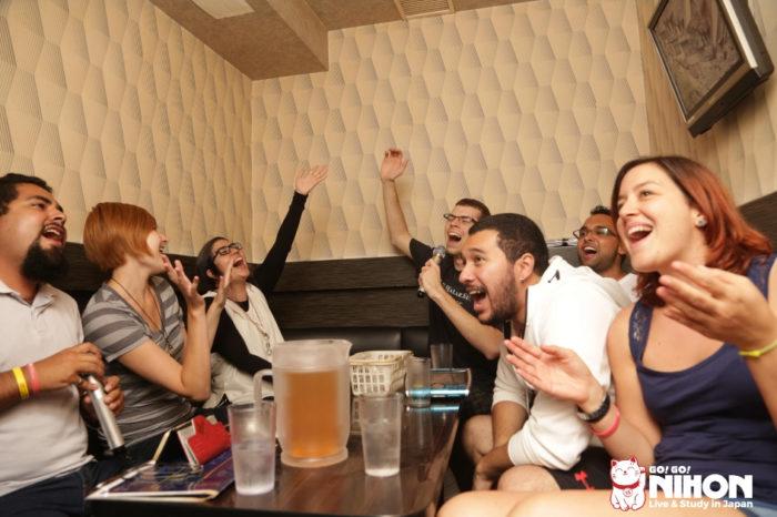Des étudiants étrangers en train de profiter du karaoké