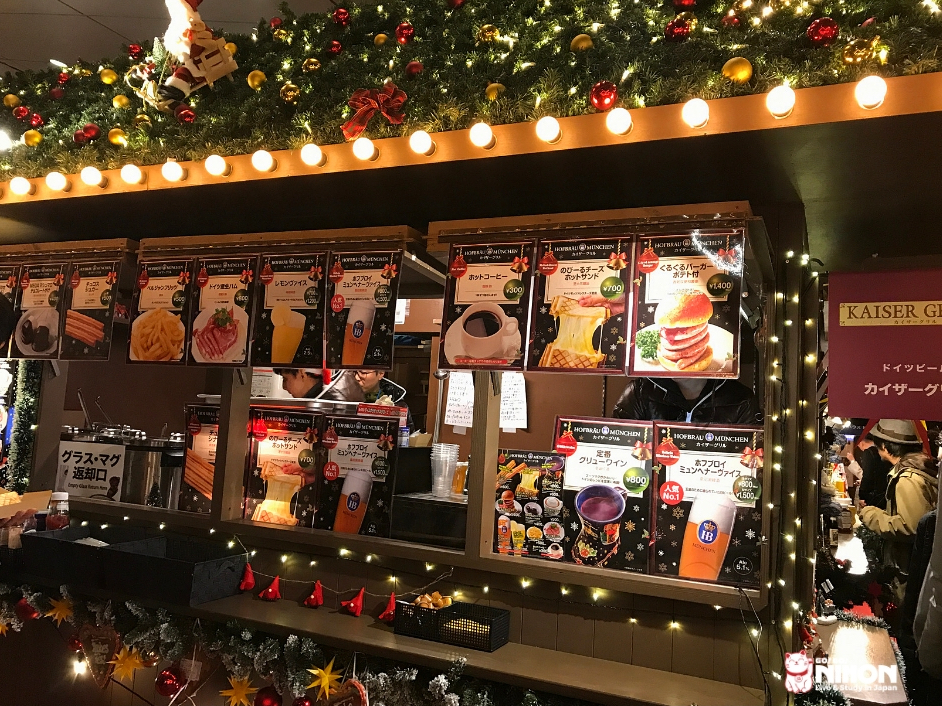Stand di cibo tedesco in un mercatino di natale in Giappone