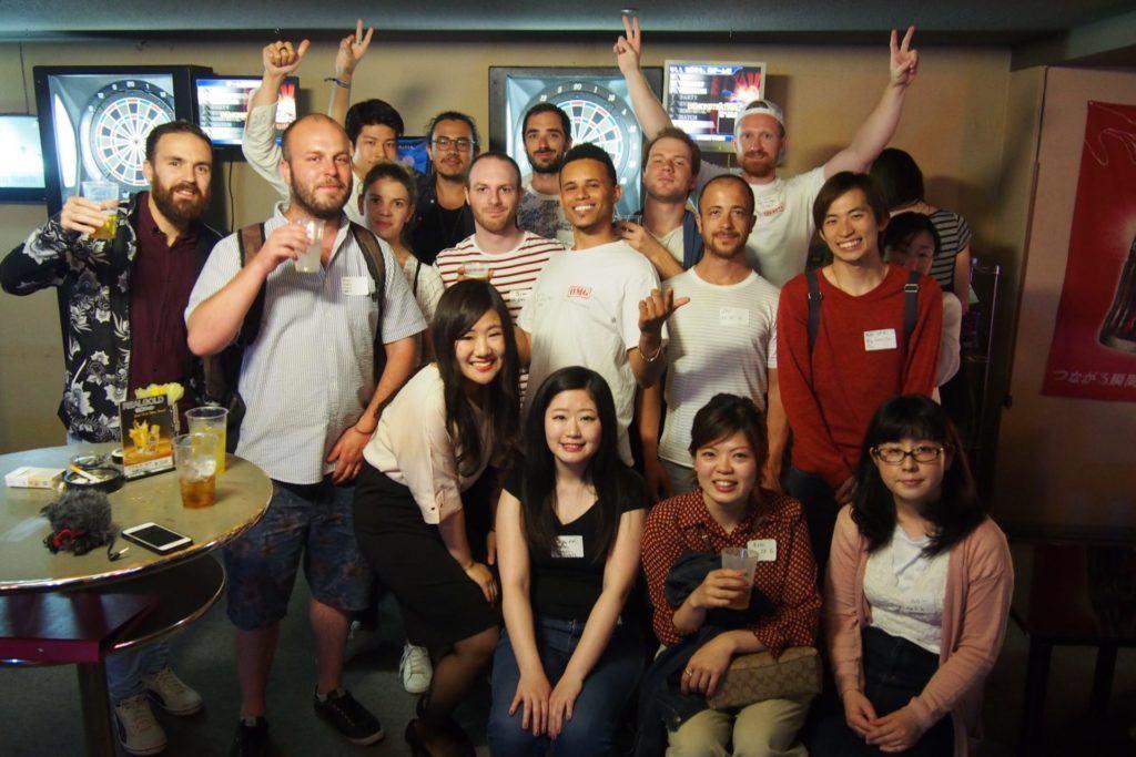 Personnes de différentes nationalités dans un bar japonais