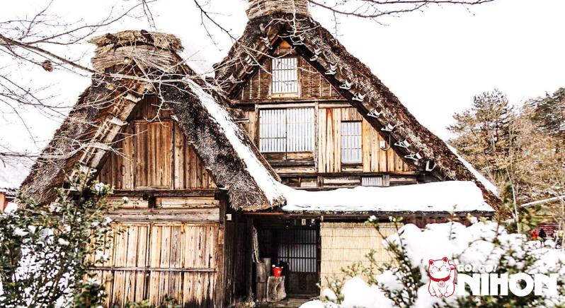 Casa di Shirakawago coperta di neve