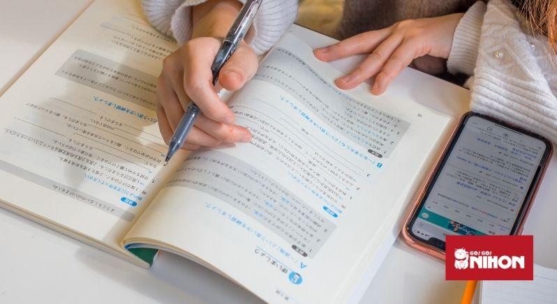 étudiant travaillant sur un manuel