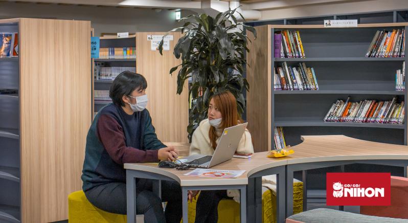 élèves dans une bibliothèque