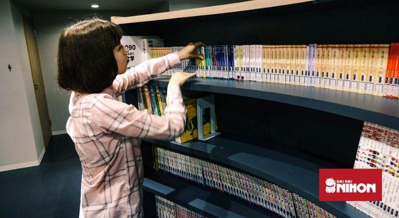 Schülerin sucht Bücher in Schulbibliothek