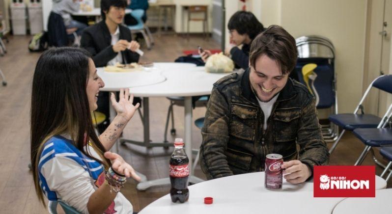 Schüler beim reden in einem Klassenzimmer